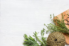 Preparação fresca das ervas a ser fundo de madeira secado da vista superior Imagens de Stock