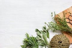 Preparação fresca das ervas a ser fundo de madeira secado da vista superior Imagens de Stock Royalty Free