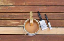Preparação manchar a plataforma exterior de madeira foto de stock