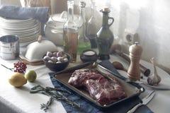 Preparação para a carne de cozimento Utensílios e louça da cozinha sobre foto de stock