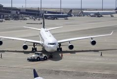 Preparação para a decolagem do forro de passageiro no aeroporto de Domodedovo fotografia de stock royalty free