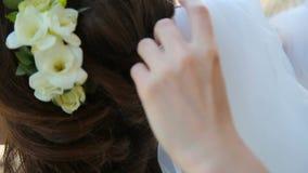 Preparação para o casamento - pondo sobre o véu video estoque