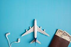 Preparação para o conceito de viagem, avião, dinheiro, passaporte, fone de ouvido, livro Imagem de Stock