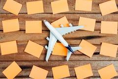 Preparação para o conceito de viagem e para fazer a lista, o papel notável, avião Foto de Stock