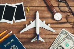 Preparação para o conceito de viagem, lápis, dinheiro, passaporte, avião, relógio, monóculos, quadro da foto Foto de Stock Royalty Free
