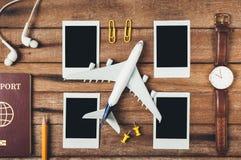 Preparação para o conceito de viagem, lápis, passaporte, avião, relógio, fotografias imediatas vazias, fone de ouvido Imagens de Stock Royalty Free