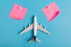 Preparação para o conceito de viagem, notável de papel, avião, pino do impulso Foto de Stock Royalty Free