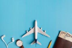 Preparação para o conceito de viagem, relógio, avião, dinheiro, passaporte, lápis, livro Foto de Stock