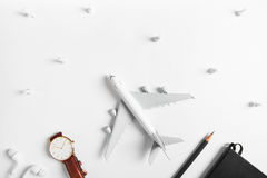 Preparação para o conceito de viagem, relógio, avião, lápis, livro, fone de ouvido, pino do impulso Foto de Stock