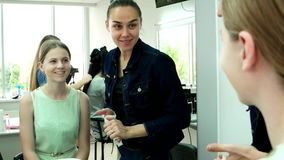 Preparação para o desempenho dos atores, cara da composição, aplicando a composição, vestuario de bastidores video estoque