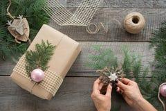 Preparação para o feriado do Natal Do Natal vida ainda do giftbox, decoração, guita, árvore de abeto, galhos Vista superior Fotografia de Stock Royalty Free