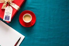Preparação para o Natal Objetos vermelhos no fundo de turquesa Foto de Stock