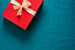 Preparação para o Natal Objetos vermelhos no fundo de turquesa Imagem de Stock Royalty Free
