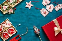 Preparação para o Natal Objetos vermelhos no fundo de turquesa Foto de Stock Royalty Free