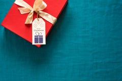 Preparação para o Natal Objetos vermelhos no fundo de turquesa Imagens de Stock Royalty Free