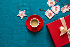 Preparação para o Natal Objetos vermelhos no fundo de turquesa Imagens de Stock