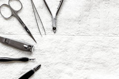 Preparação para o pedicure - ferramentas na opinião de tampo da mesa fotografia de stock