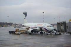 Preparação para a partida dos aviões Airbus A319-114 (VP-BIU) da linha aérea Rússia no aeroporto de Pulkovo Fotos de Stock Royalty Free