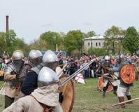 Preparação para a reconstrução histórica da batalha no festival em St Petersburg Fotografia de Stock Royalty Free