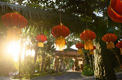 Preparação pelo ano novo chinês Decorações vermelhas das lanternas foto de stock