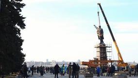 Preparação remover um grande monumento de 20 medidores ao líder comunista Vladimir Lenin vídeos de arquivo