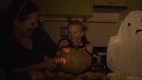 Prepara??es de Dia das Bruxas A mamã e a filha estão jogando na composição Abóbora da mostra video estoque