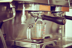 Prepara il caffè espresso (vint elaborato immagine filtrato immagine stock libera da diritti
