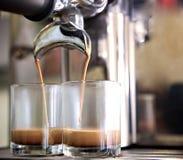 Prepara il caff? espresso nella sua caffetteria; primo piano immagini stock