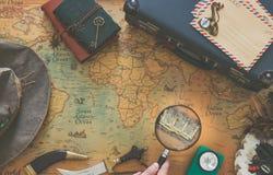 Prepara??o para a viagem Mapa velho com equipamento marcado do tesouro e do curso do vintage imagem de stock