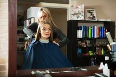 Prepara per lavoro di parrucchiere davanti allo specchio Fotografia Stock Libera da Diritti