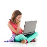 Preparación aburrida en un ordenador portátil Imágenes de archivo libres de regalías