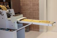 Preparación amarilla de Taralli del italiano con la máquina de la comida: Bocado tradicional Imágenes de archivo libres de regalías