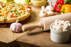 Preparación cocer al horno una pizza Foto de archivo libre de regalías