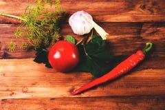 Preparación Cocina ingredientes para conservar Pepinos, tomates, pimientas, ajo, las hojas de la pasa roja Fotos de archivo libres de regalías