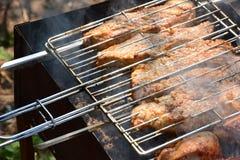 Preparación, cocinando kebabs en el carbón de leña al aire libre Foto de archivo