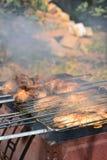 Preparación, cocinando kebabs en el carbón de leña al aire libre Imagenes de archivo