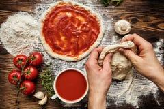 Preparación cruda italiana original fresca de la pizza Imágenes de archivo libres de regalías
