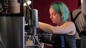 Preparación de Barista Cafe Making Coffee almacen de metraje de vídeo