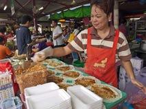 Preparación de comida en el mercado mojado chino Imágenes de archivo libres de regalías
