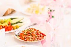 Preparación de comida en la boda interior Comida de buen gusto de servicio, abasteciendo Foto de archivo libre de regalías