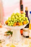 Preparación de comida en la boda interior Comida de buen gusto de servicio, abasteciendo Fotos de archivo libres de regalías