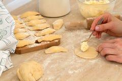 Preparación de Douhg para cocinar las bolas de masa hervida Imagen de archivo libre de regalías