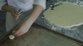 Preparación de galletas en una hoja de los pasteles almacen de video
