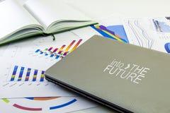 Preparación de informe Gráficos, vidrios, calculadora y pluma azules Informes de negocios y pila de documentos en fondo gris de l fotografía de archivo