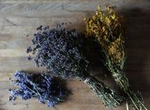 Preparación de infusiones de hierbas y de flores secadas en un tablero de madera Foto de archivo libre de regalías