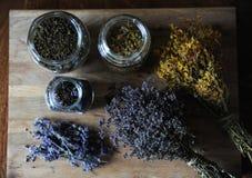 Preparación de infusiones de hierbas y de flores secadas en un tablero de madera Fotos de archivo libres de regalías