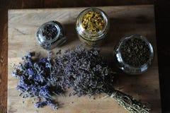 Preparación de infusiones de hierbas y de flores secadas en un tablero de madera Imagen de archivo