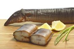 Preparación de la anguila fumada imagen de archivo libre de regalías