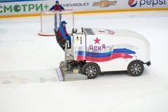 Preparación de la arena del hielo para el partido del hockey Imagen de archivo libre de regalías