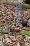 Preparación de la bebida del compañero del yerba en bosque Imagen de archivo